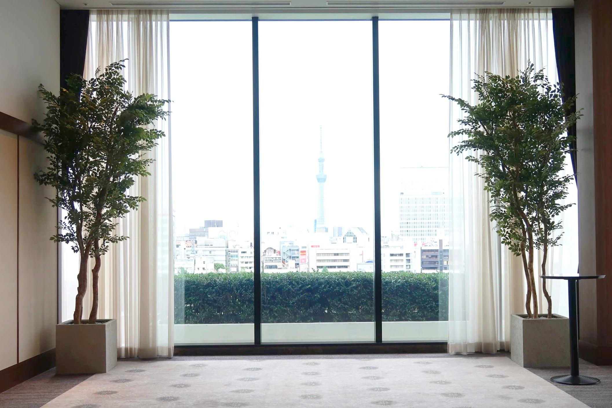 窓際人工樹木