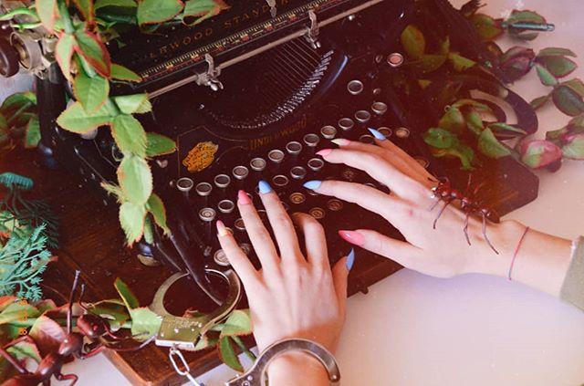 #LBB da venerdì 22 su tutte le piattaforme digitali 🐵🌴 SCOOP: le unghie sono FINTE. . . . #monkeytempura #release #piramesinternational #band #alternative #synthpop #electronica