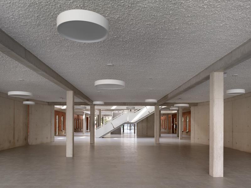 Plafond met akoestische spuitpleister om de akoestische eigenschappen van de ruimte te optimaliseren.
