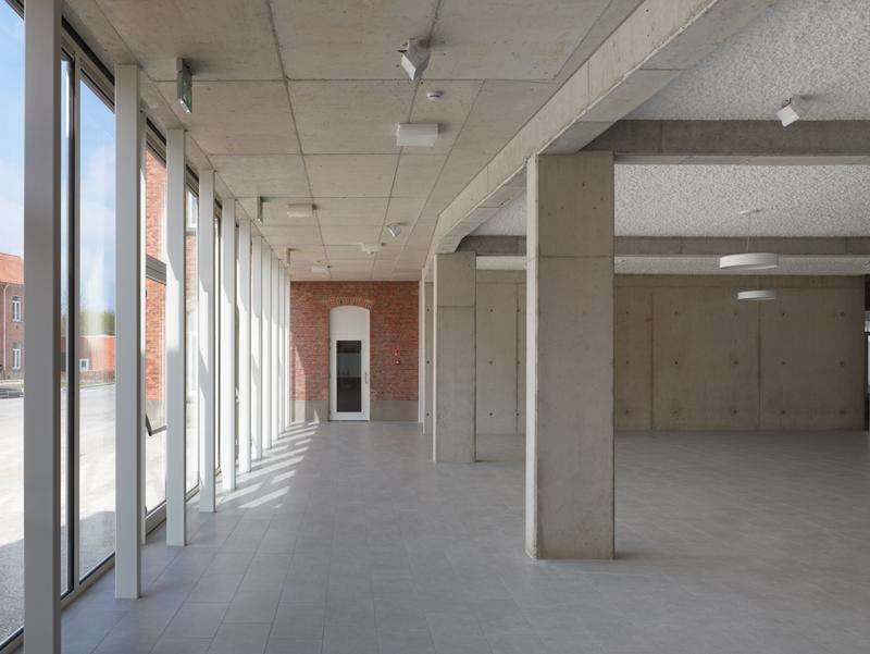 Grote raampartijen voorzien het gebouw van natuurlijke verlichting.