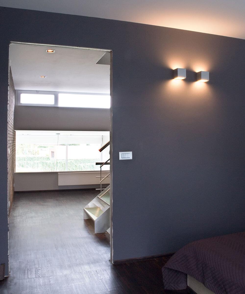 Ook de bovenverdieping wordt voorzien van een grote hoeveelheid licht door de doorlopende raampartijen.