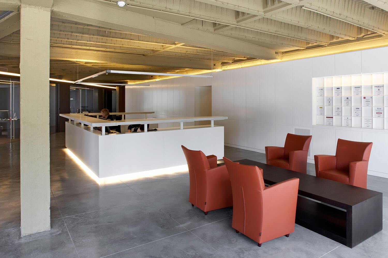 Het onthaal werd centraal geplaatst, tussen de ontvangstruimte en de kantoren. De toog van het onthaal werd ontworpen door Antwerps Architecten Atelier.