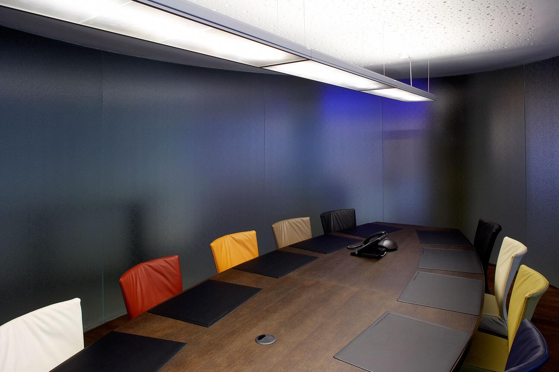 De vergaderzaal wordtomringd met troebel glas en is voorzien van een akoestisch absorberend plafond.