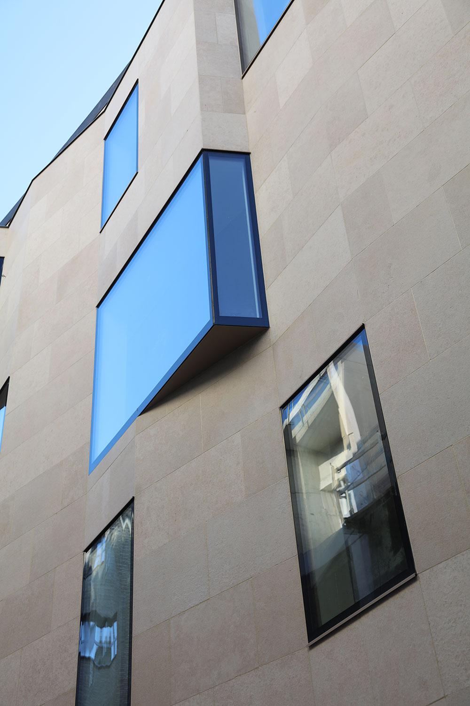 Detail raamdesign en voorgevel uit Gardina natuursteen.