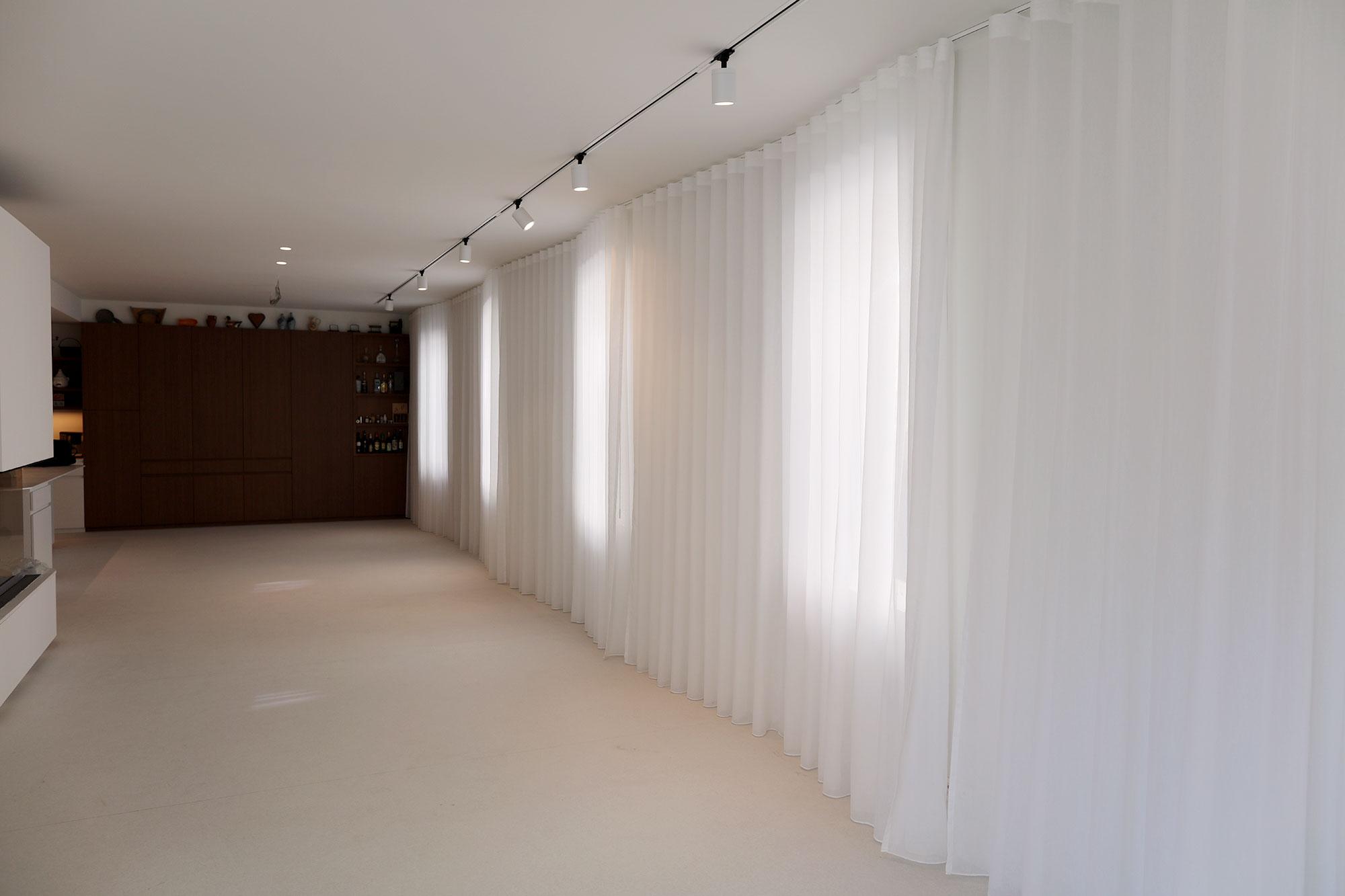 De volledige raamwand werd voorzien van een licht en op maat gemaakt gordijn.