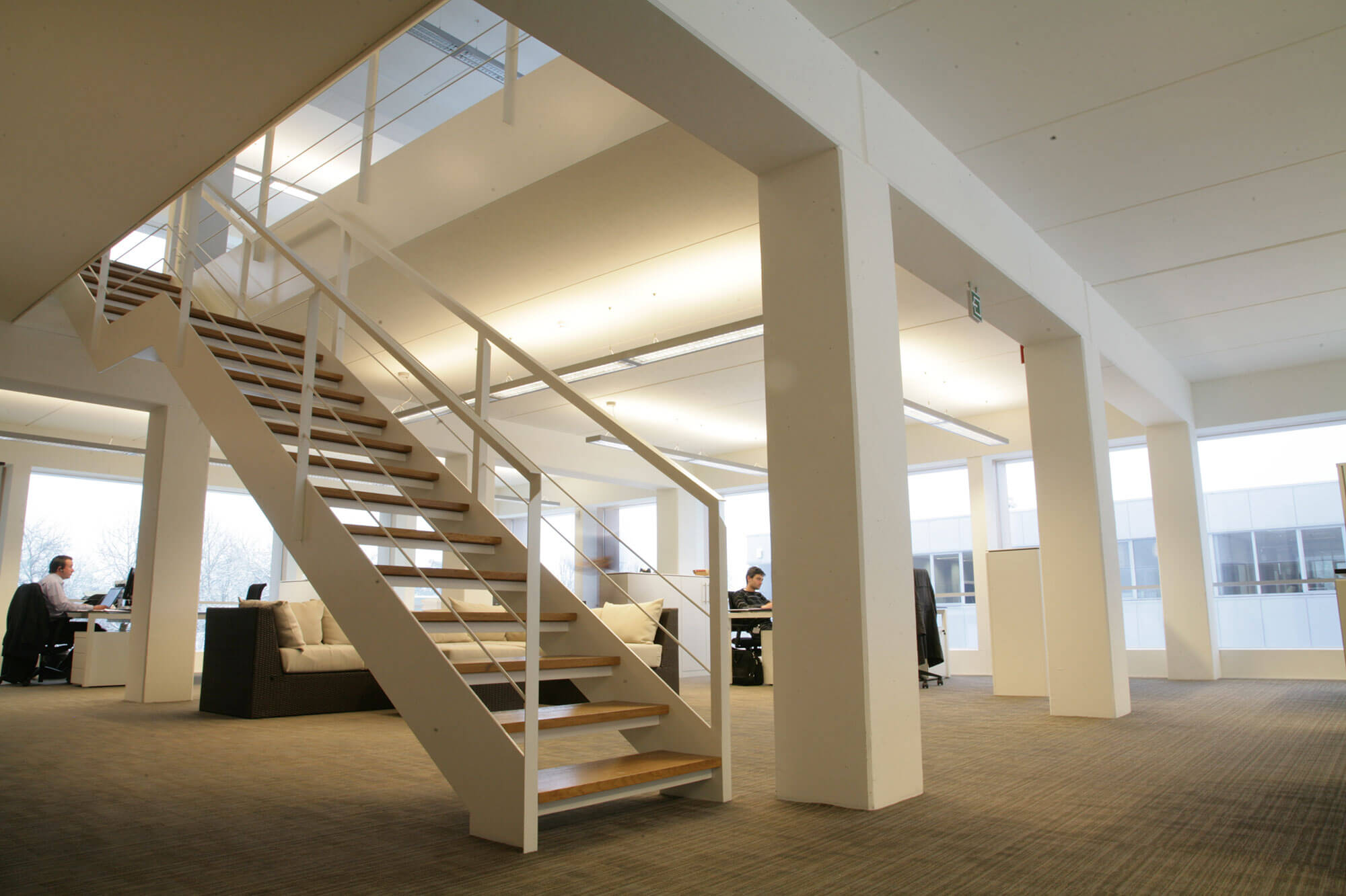 Detailbeeld van de open trapstructuur in het kantoorgebouw.