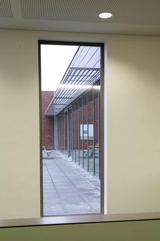 Detailbeeld van het interieur naar buiten toe.