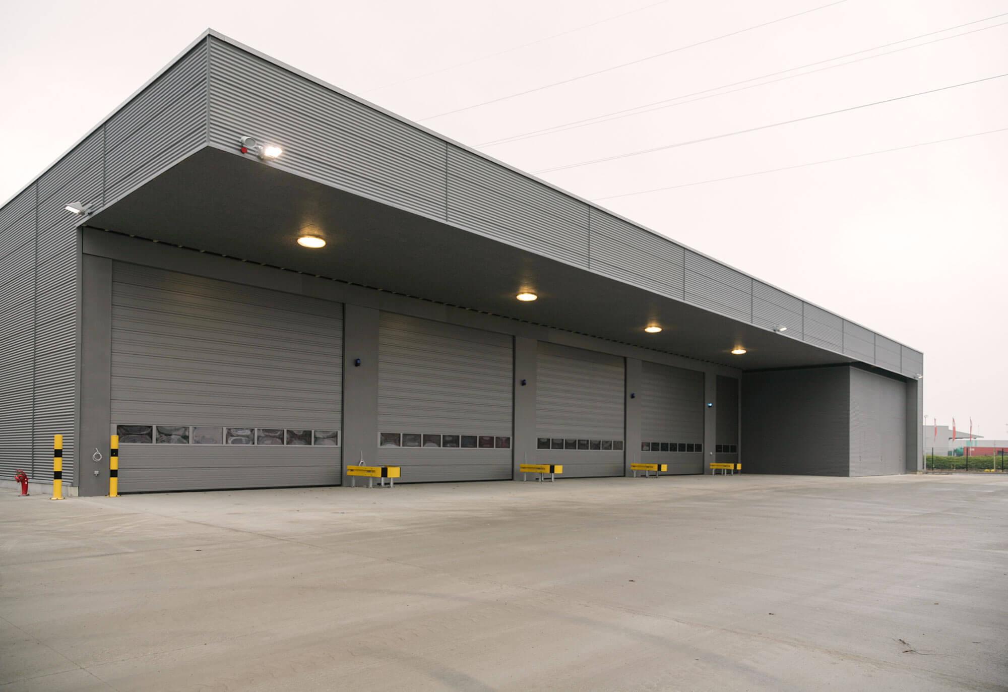 Achteraan zijn vier ruime poorten en één smalle poort voorzien, waar de voertuigen van de brandweer gestockeerd kunnen worden.