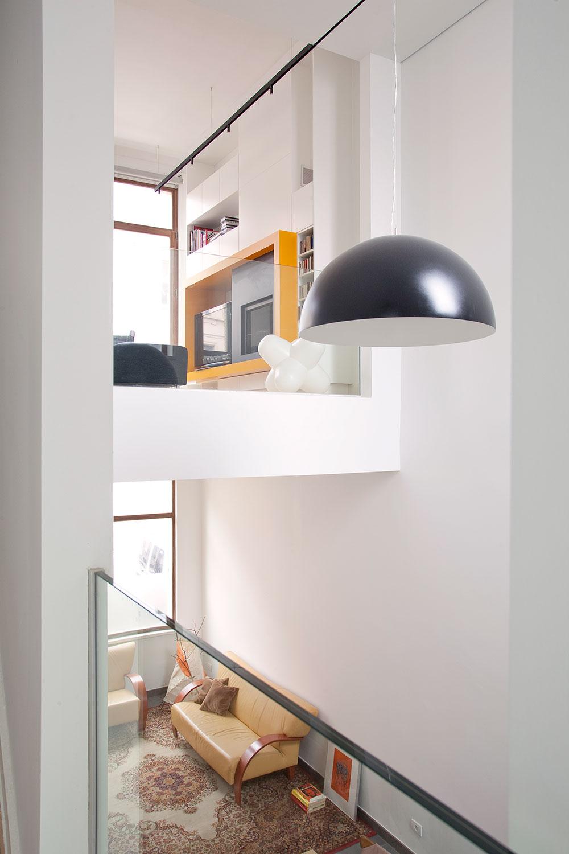 Door de verschillende open tussenverdiepingen wordt een gevoel van ruimte gecreëerd.