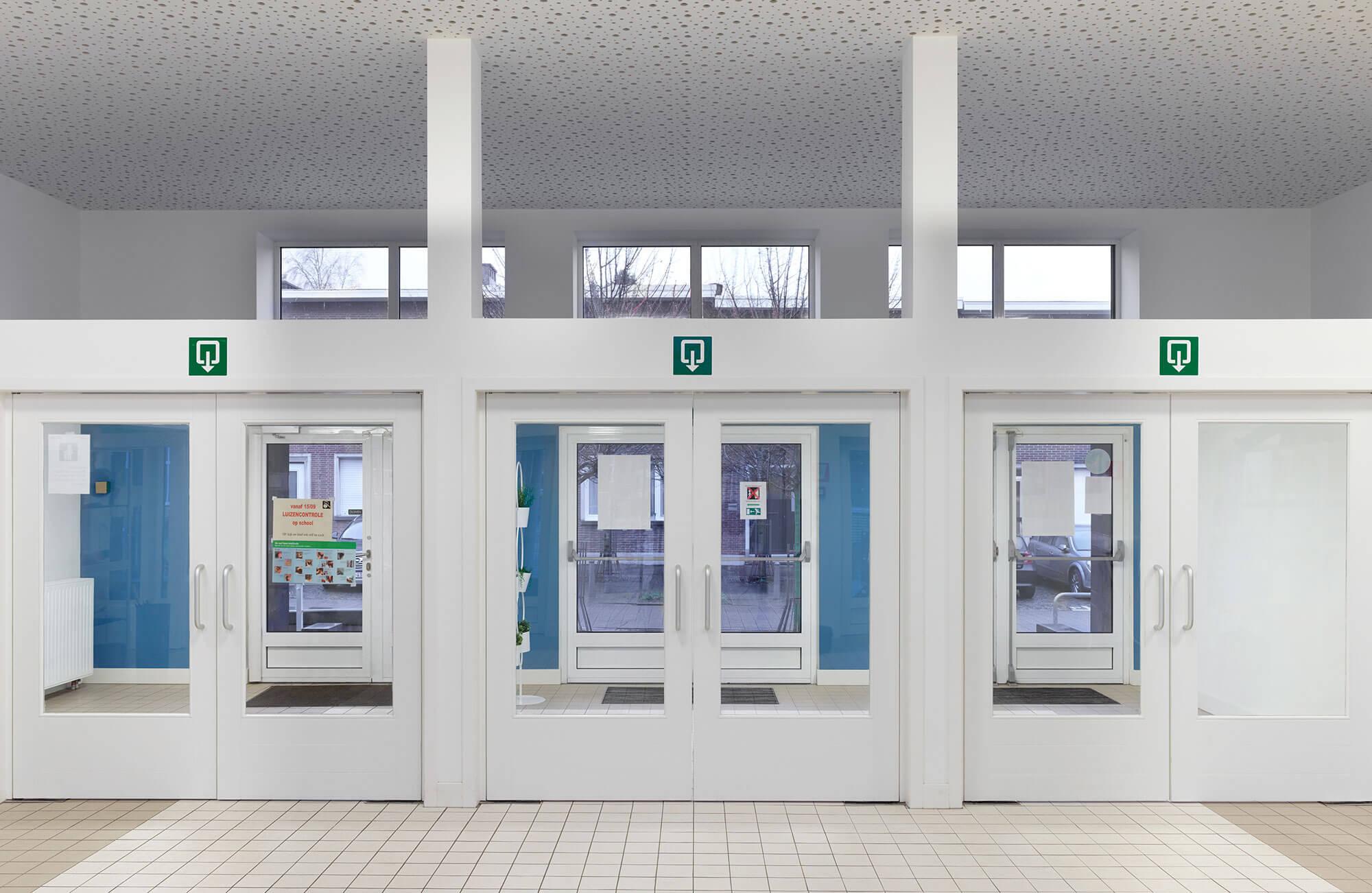 De grote inkom, voorzien van twee maal drie dubbele deuren met daartussen een sas, om een vlotte doorstroom te garanderen.