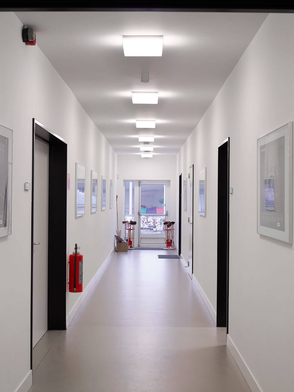 De lichte gang verbind verschillende kantoren met elkaar.