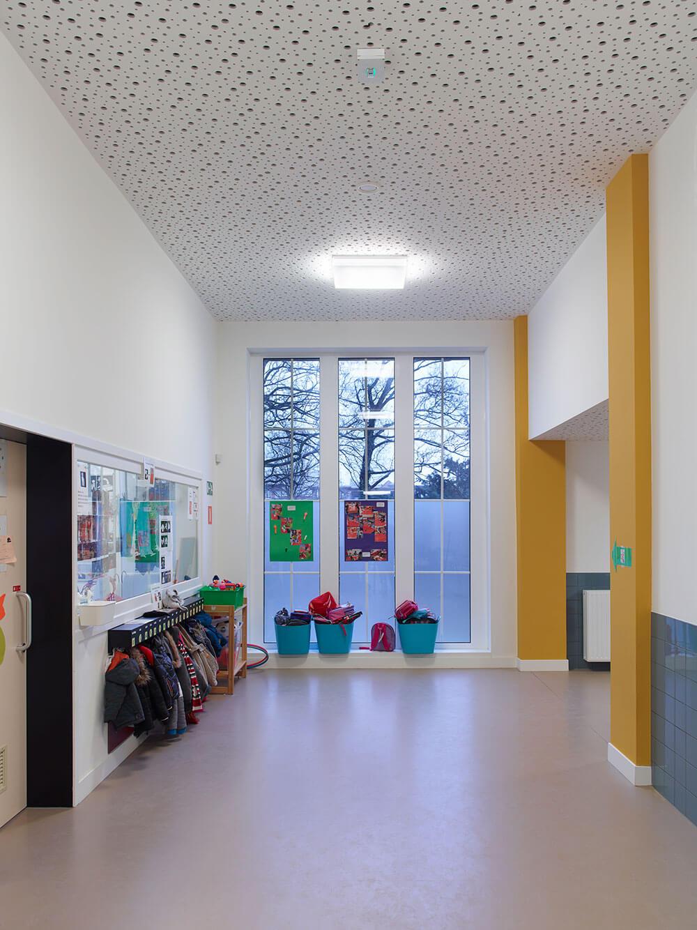 De gangen werden voorzien van een akoestisch dempende plafondstructuur.