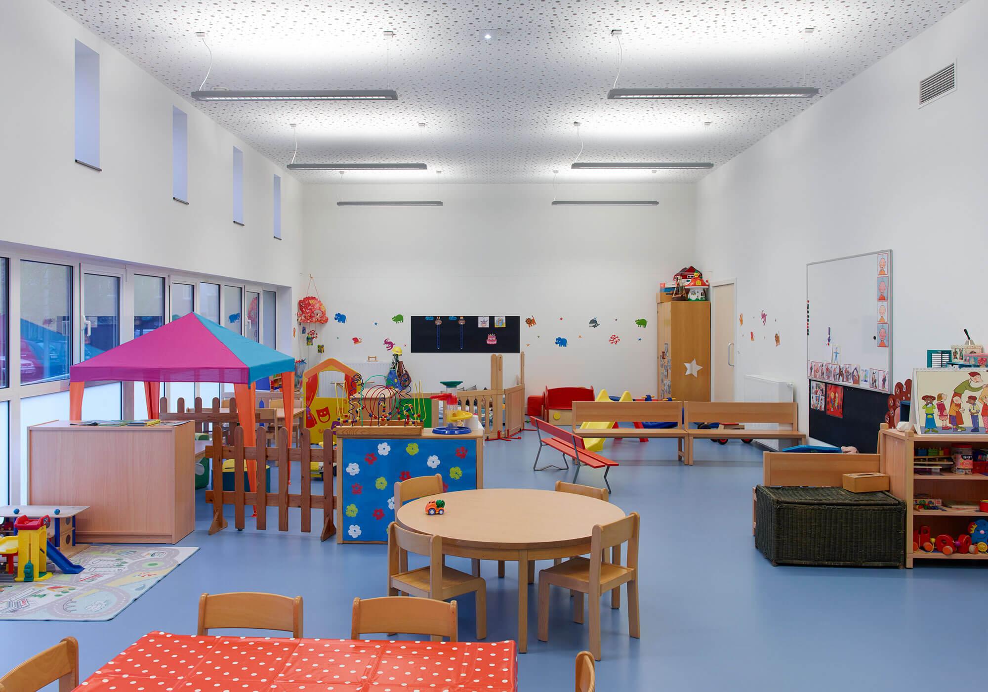 Interieurbeeld van de speel-lokalen. Deze werden voorzien van een duurzame, warme en makkelijk te reinigen rubberen vloer.