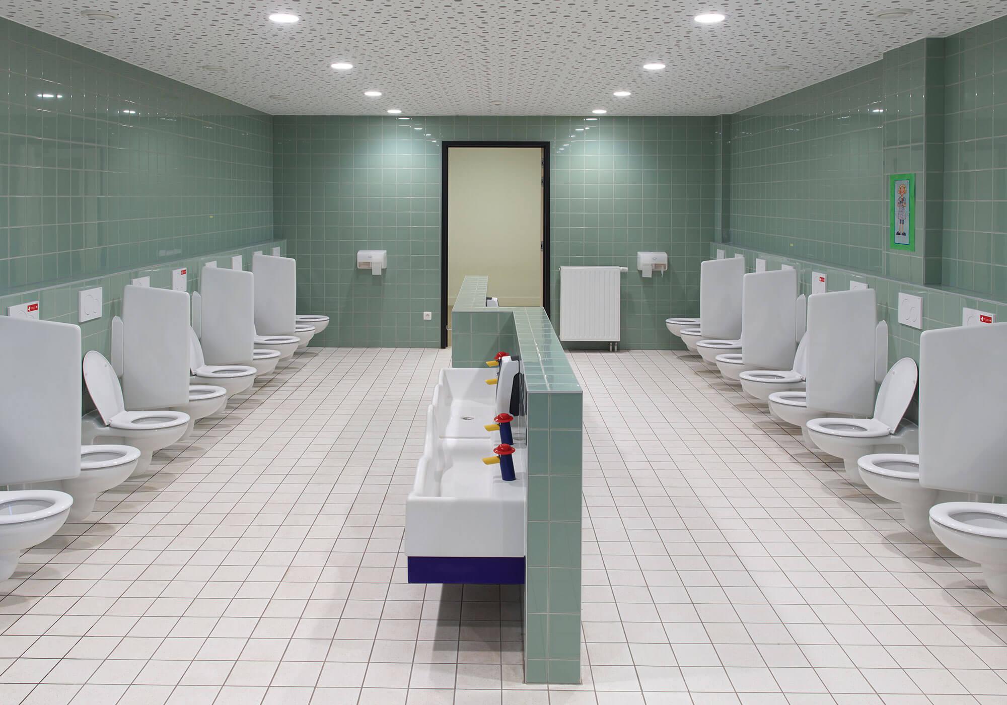 De toiletruimte, voorzien van kleuter-sanitair, zoals de kraan en spoelbakken van Geberit.
