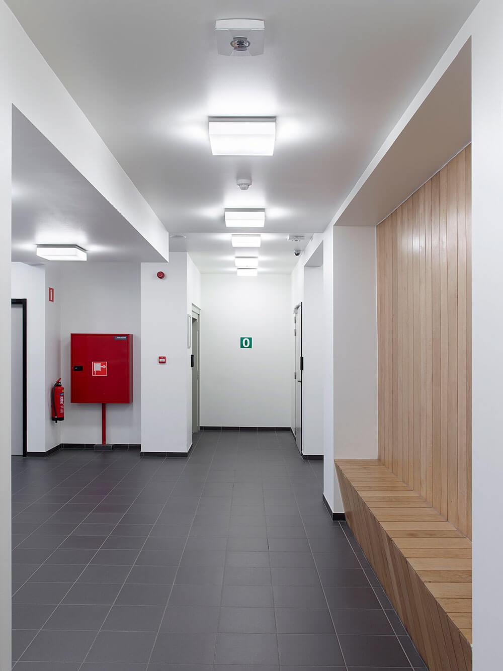 Het interieur werd zeer simplistisch aangepakt, afgewerkt met enkele warme elementen in hout.