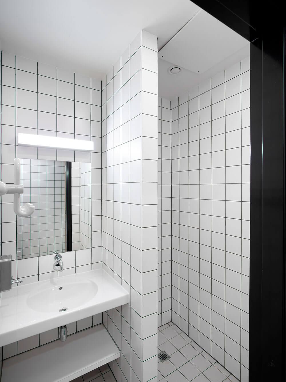 Ook de badkamer werd zo ontworpen dat vandalisme wordt tegengegaan en hygiëne primeert.