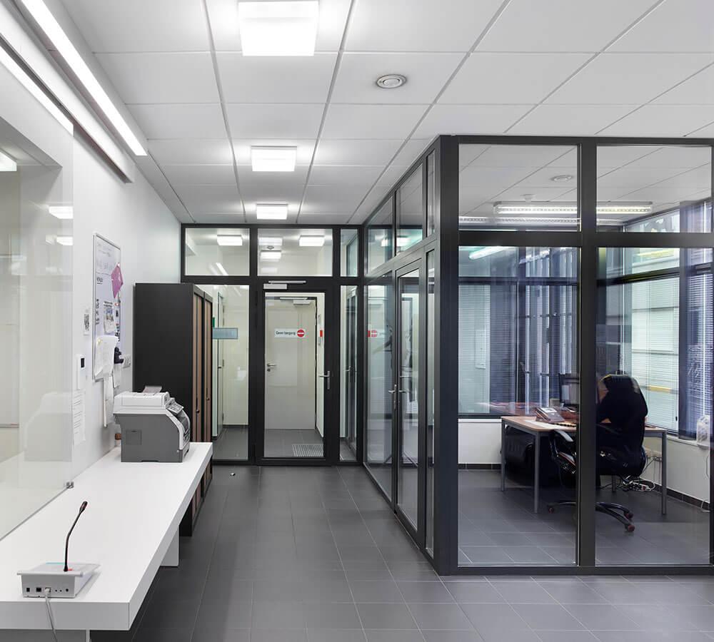 De bureauruimte werd voorzien van grote glaspartijen.