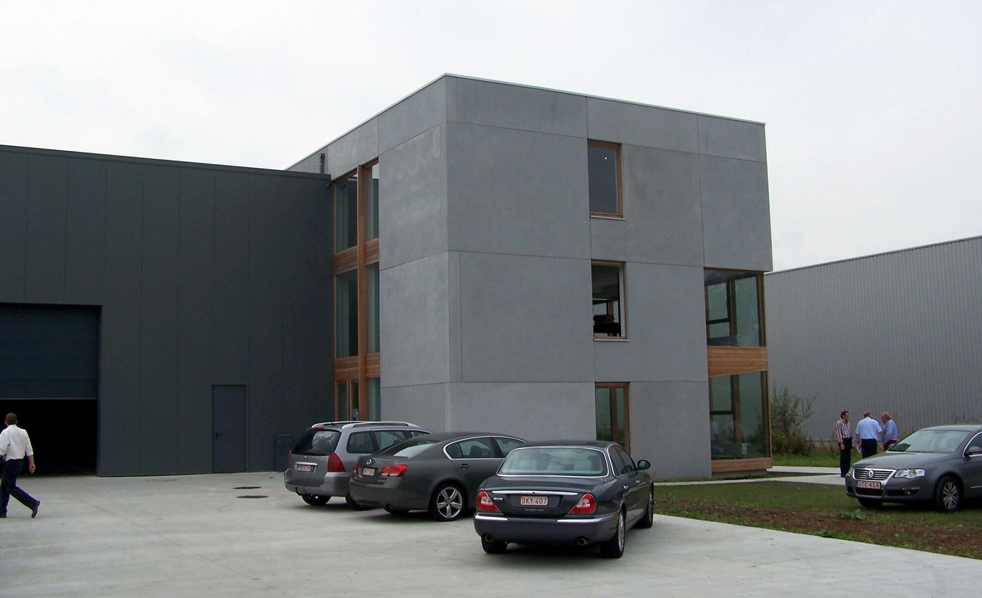 De ingang van het gebouw bevind zich waar de twee volumes elkaar grijpen.