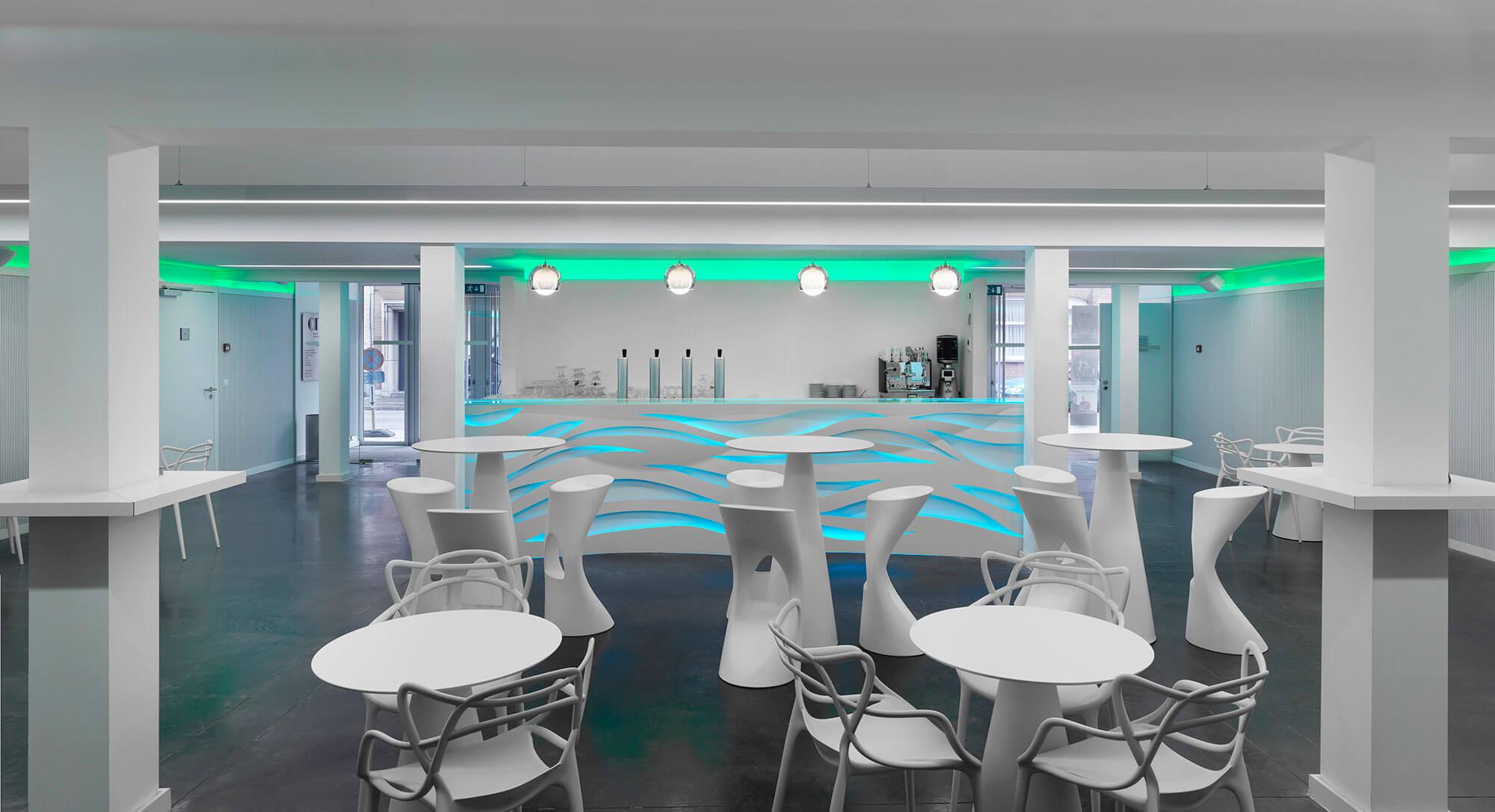 De foyer van de zaal werd voorzien  van meerdere (staan)tafels, krukken en stoelen. De toog werd door AAA ontworpen en is voorzien van sfeerlicht.