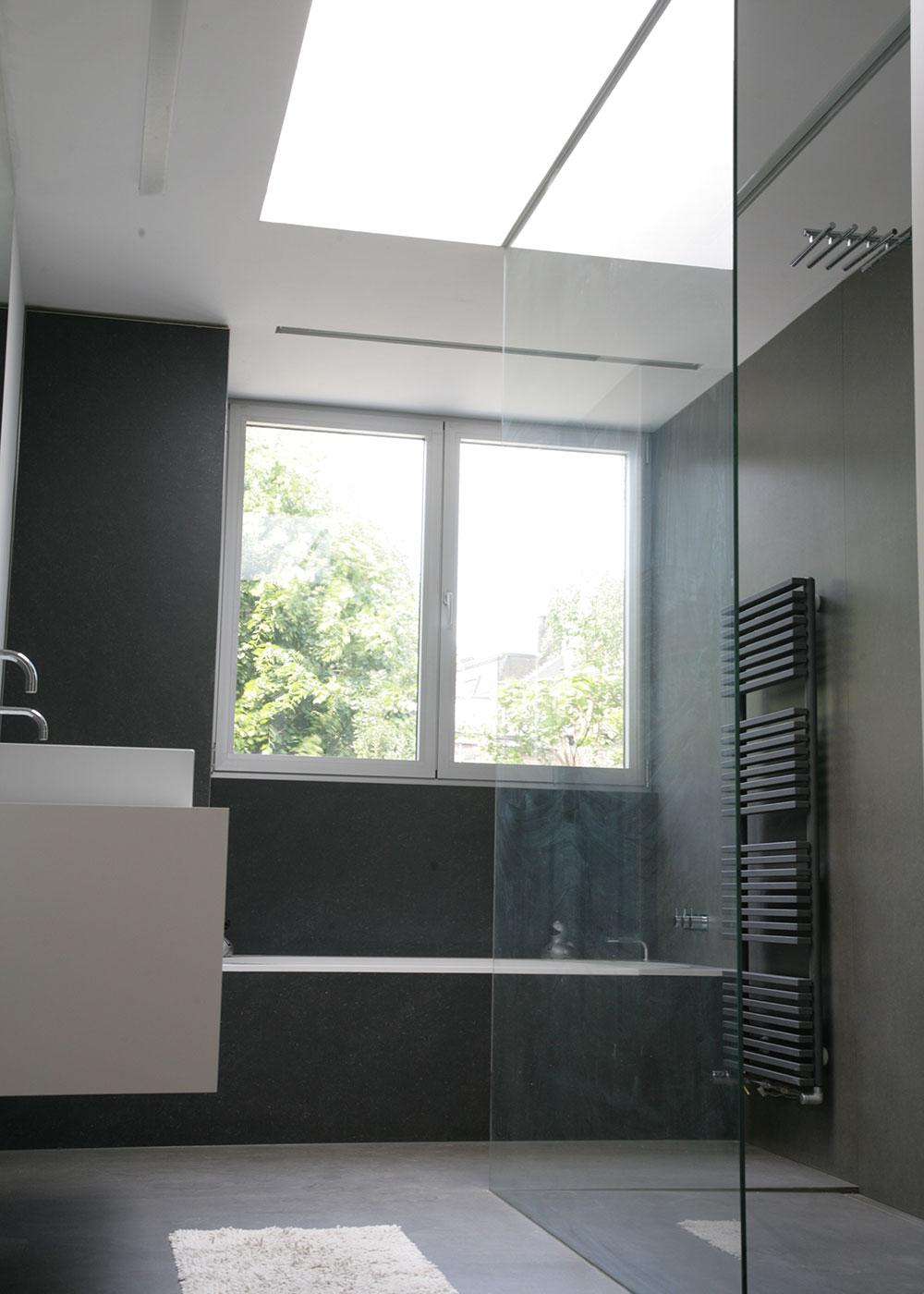 Het dubbele raam en de koepel bovenaan zorgen voor voldoende natuurlijk licht in de badkamer.