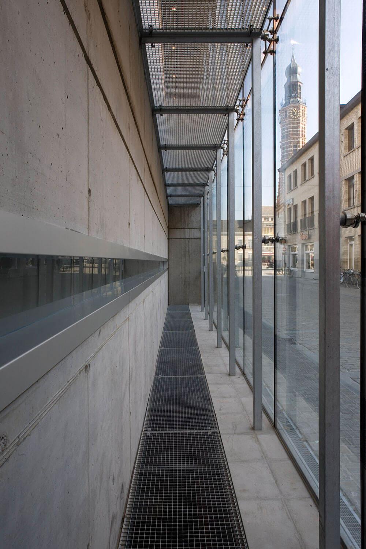 Door het glasgordijn krijgt het gebouw een lichte en open gevoel.
