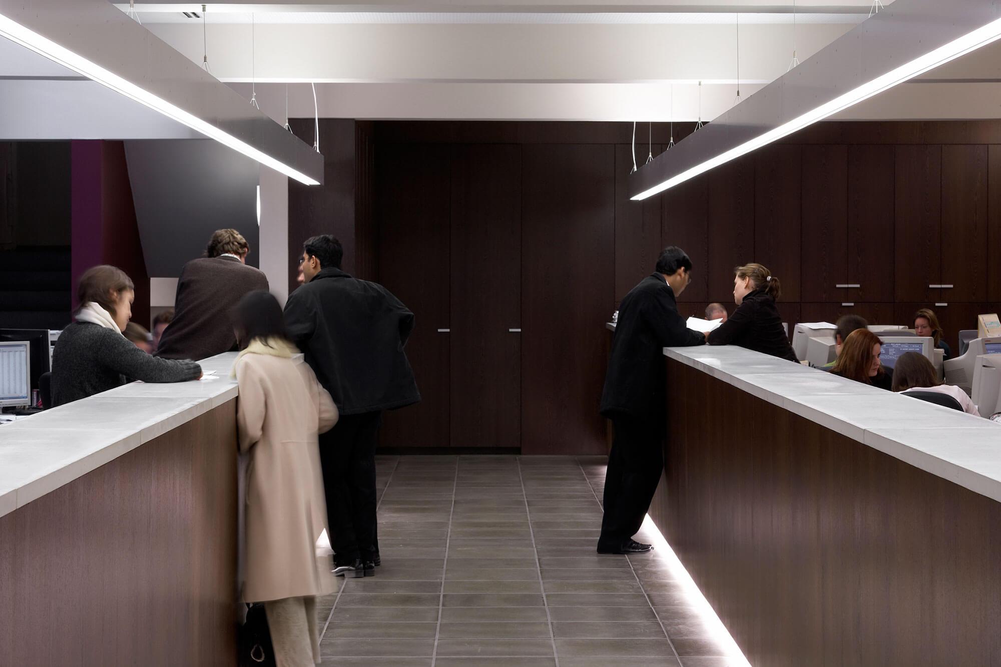 De toog en de werkplek zijn nauw aan elkaar gekoppeld, waardoor het persoonlijk contact met de klanten wordt verhoogd.