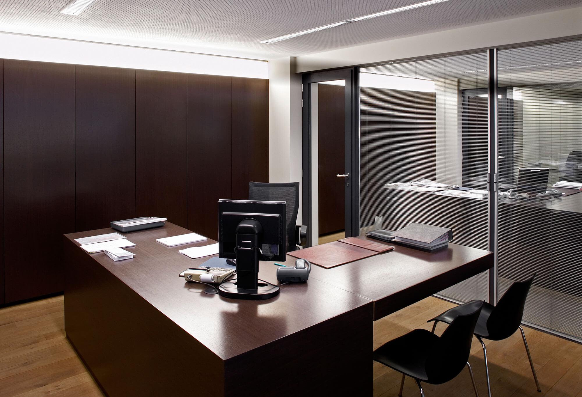 De directiekantoren zijn voorzien van glazen tussenwanden die kunnen afgesloten worden voor extra privacy.