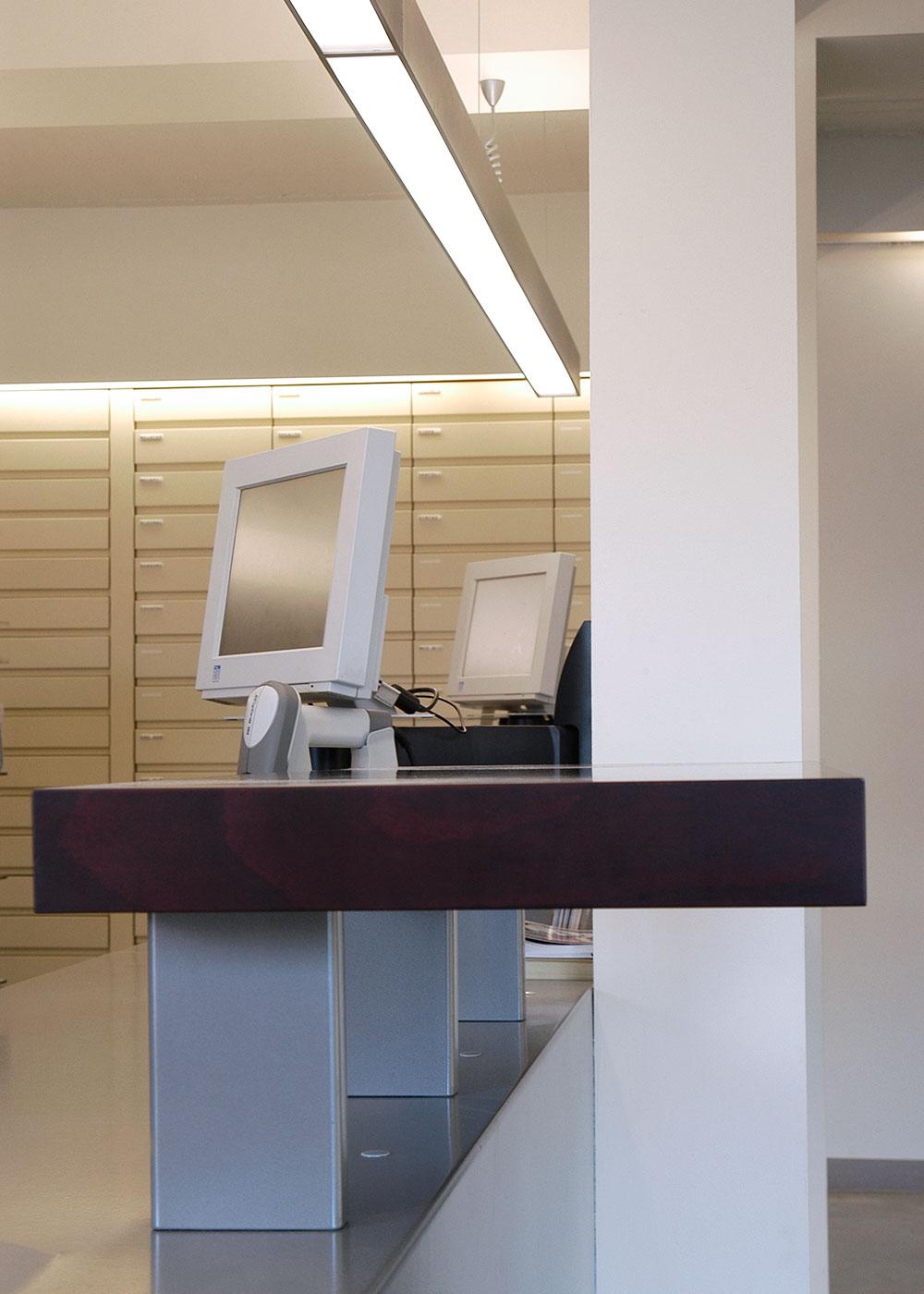 De op maat gemaakte ontvangstbalie bestaat uit drie aparte betaalterminals.