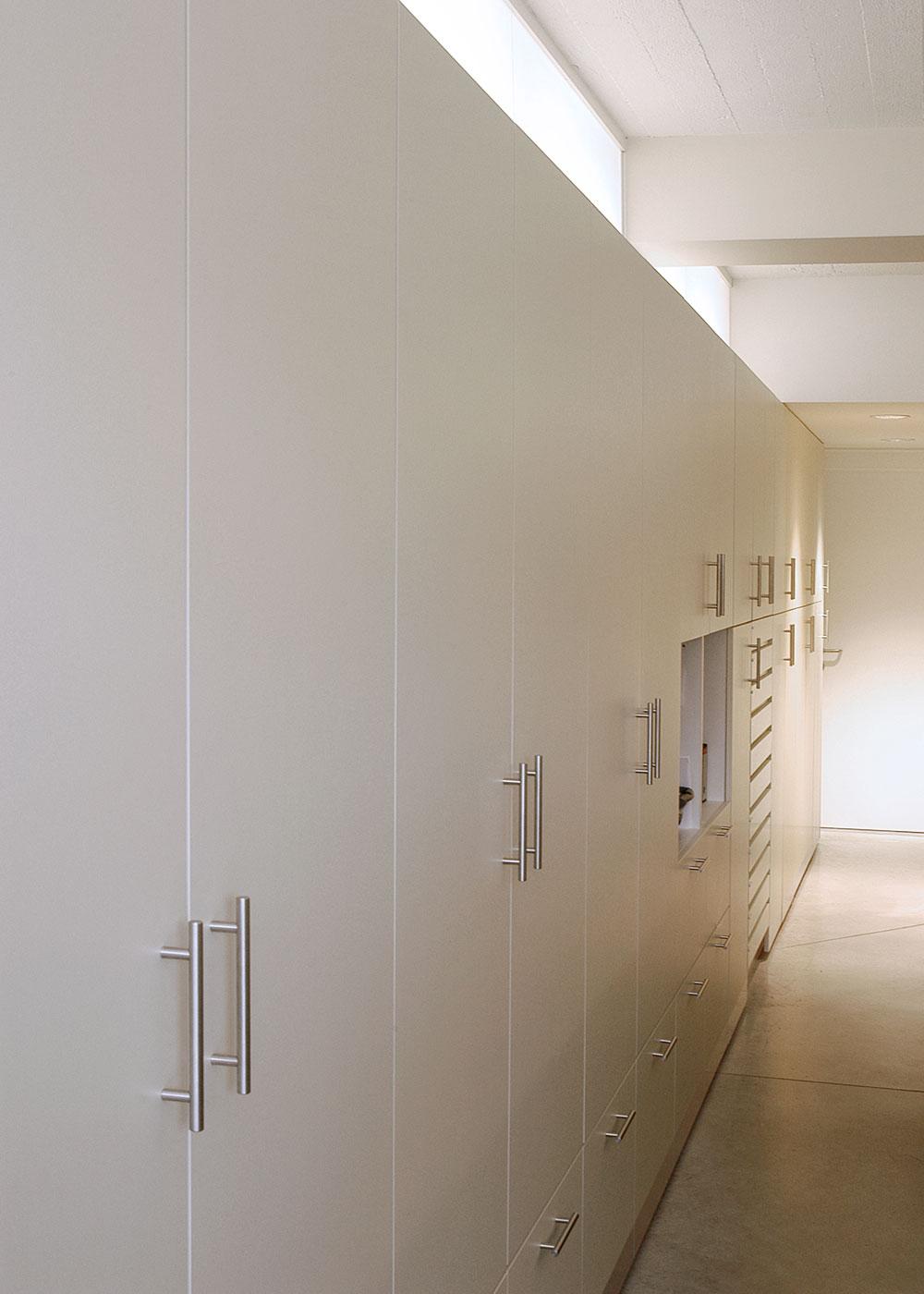 De lange kastenwand zorgt voor genoeg opbergplaats.