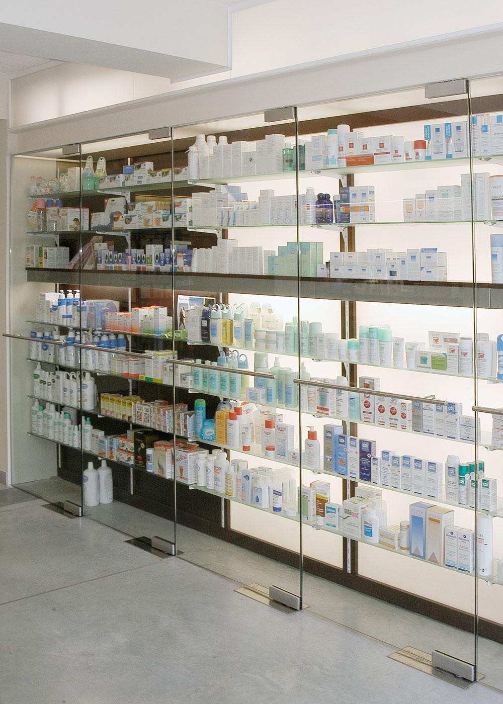 Een op maat gemaakte glazen display stelt de verschillende producten ten toon.