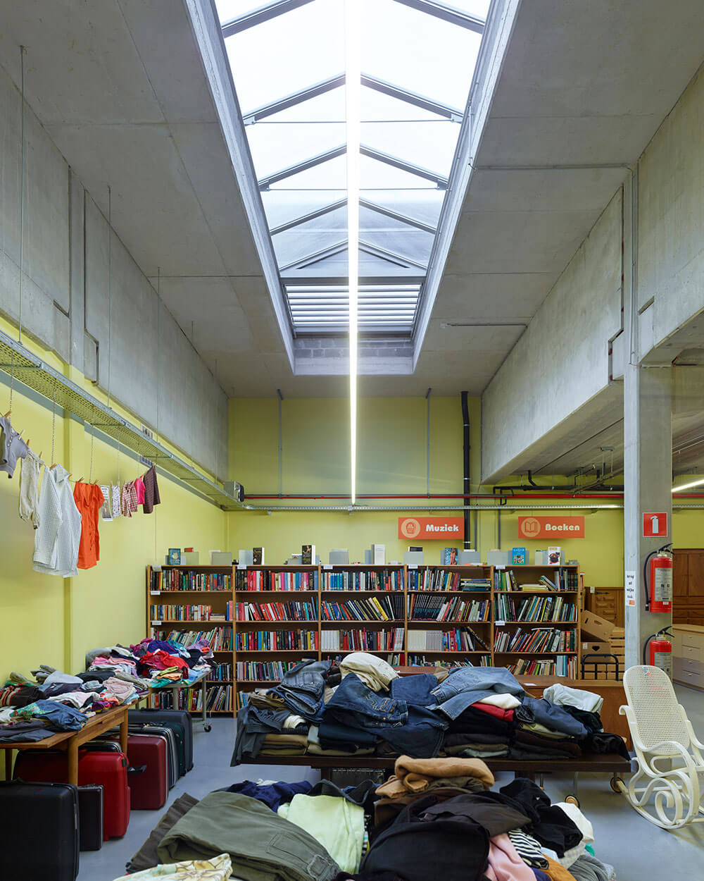 Interieur van de winkelruimte, lichtstraten zorgen voor een gespreide natuurlijke lichtinval