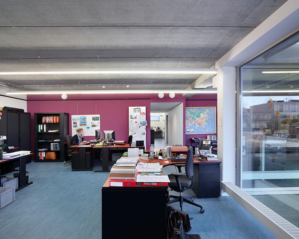 De kantoren zijn rond patio's zodat er voldoende licht binnenvalt
