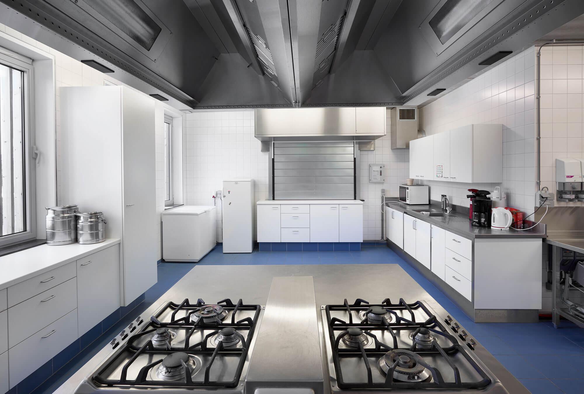 Er werd een industriële keuken voorzien in het gebouw