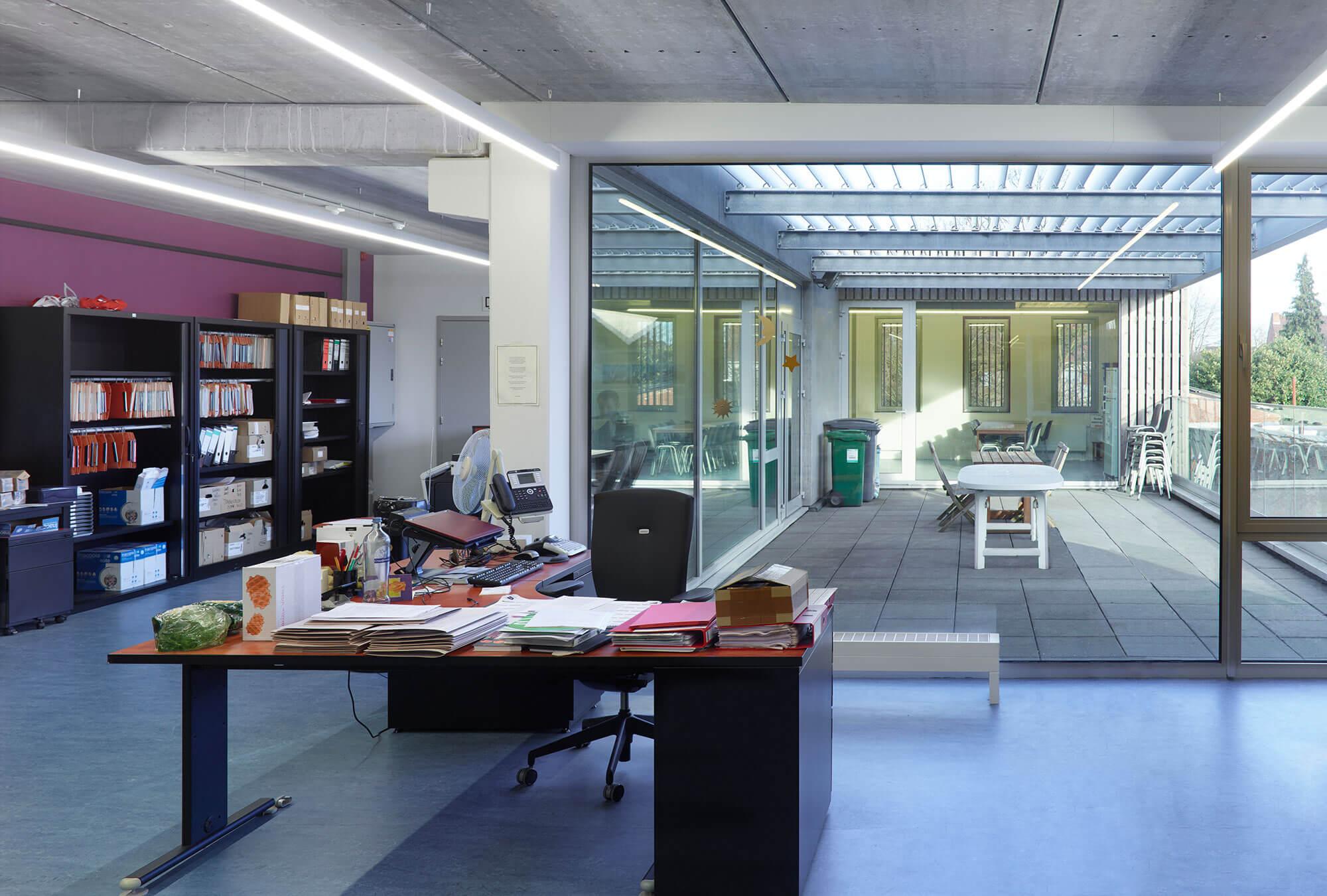 Het terras sluit aan bij de kantoren en zorgt voor een open gevoel