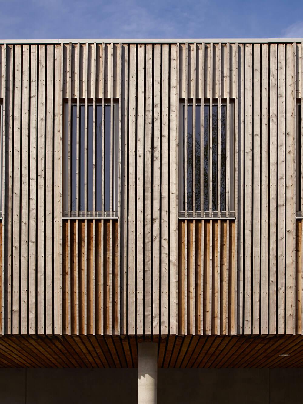 Uitspringende delen en wanden van patio's werden uitgevoerd in thermisch gemodificeerd hout