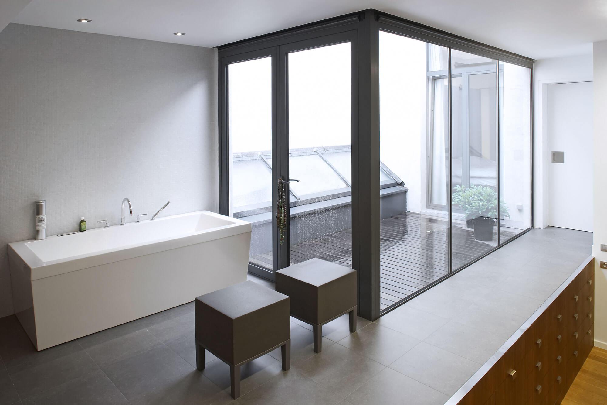 Een patio tussen de badkamer en de slaapkamer zorgt voor een maximale hoeveelheid aan natuurlijk licht en wekt een gevoel van ruimte op.