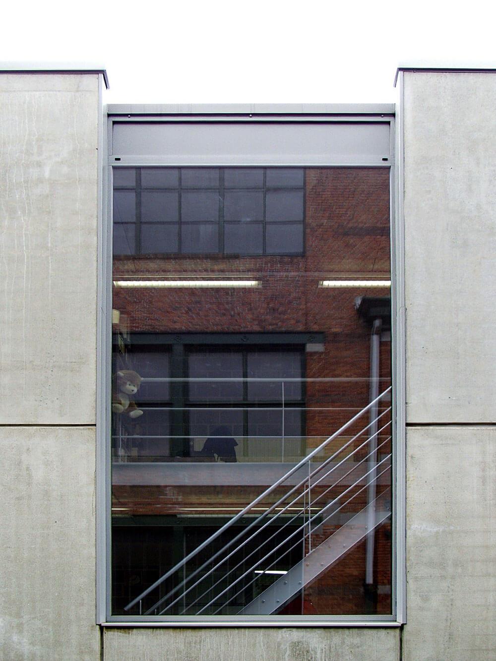 Detail van raam met trap achter
