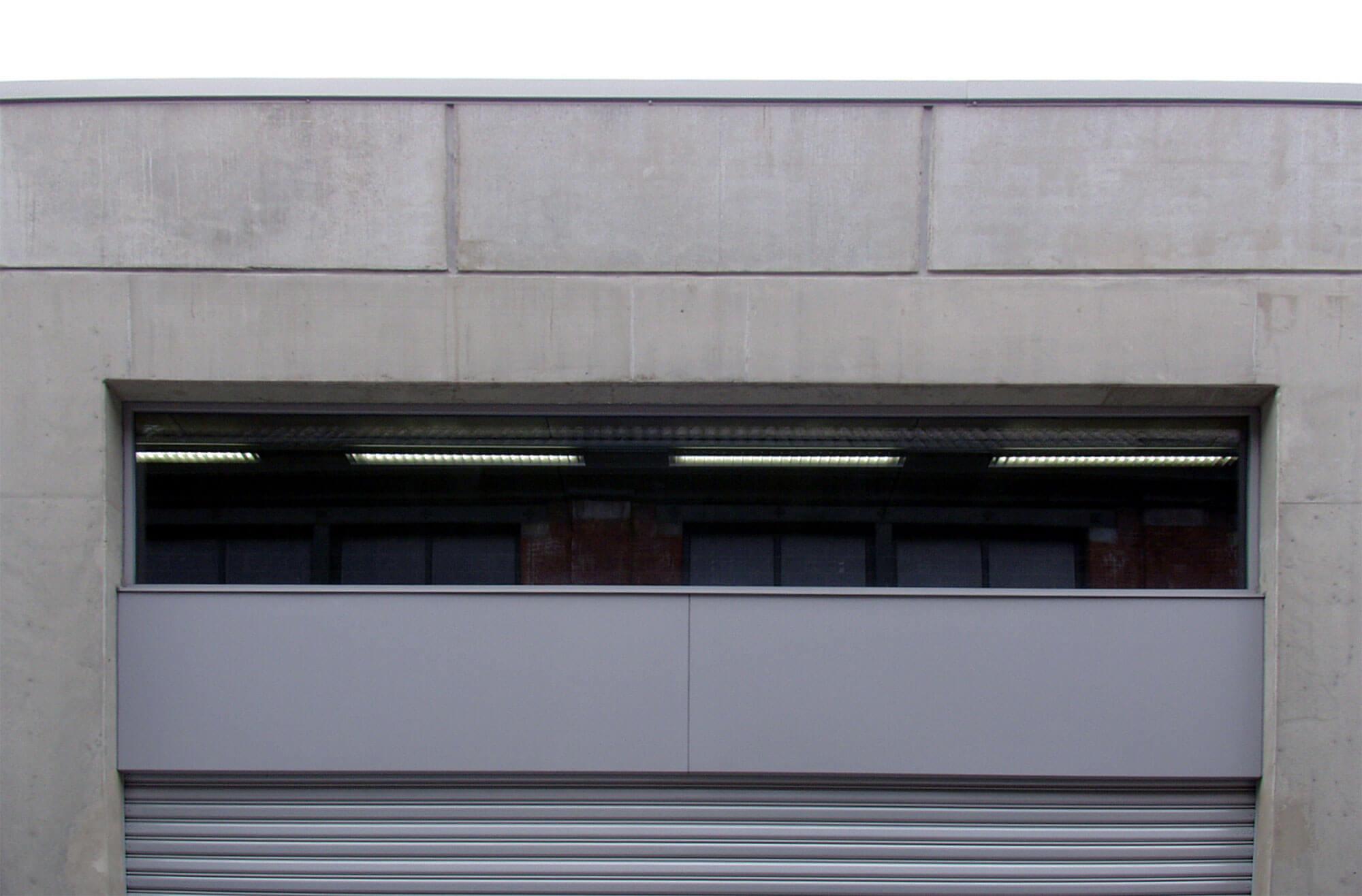 Detail van de poort met bovenlicht