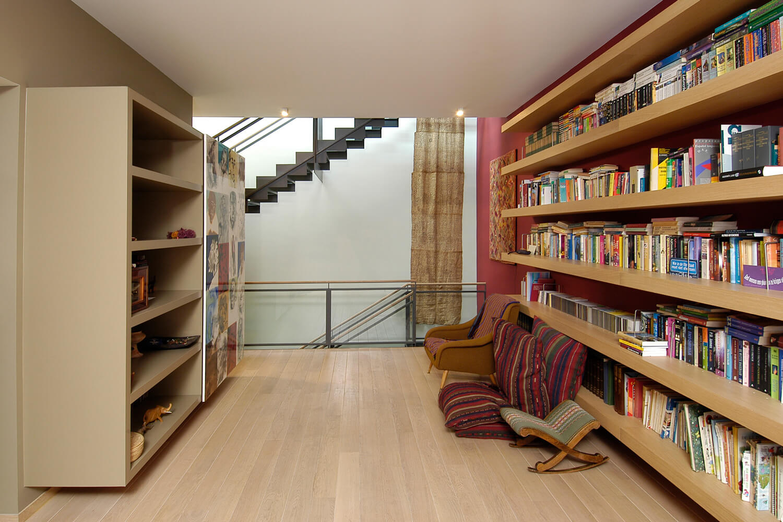 De open structuur van de woning zorgt voor een gevoel van ruimte. Er werd naast de trappenhal een grote bibliotheekruimte voorzien.