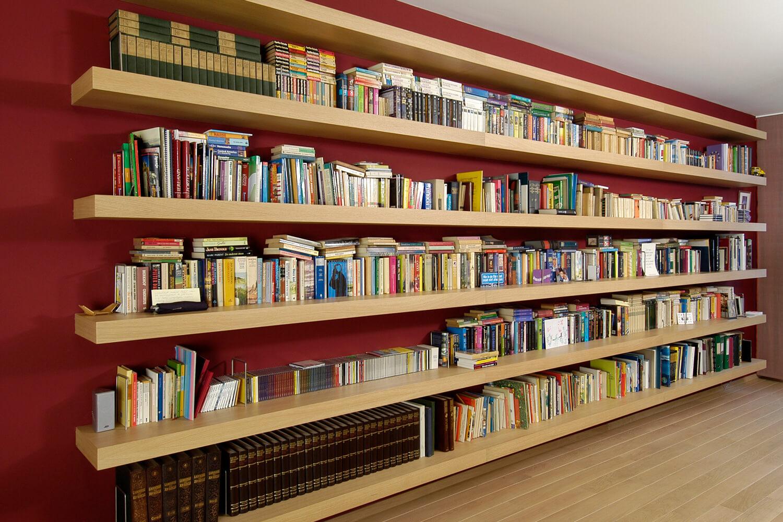 De grote boekenplanken vormen een prominent interieurstuk.
