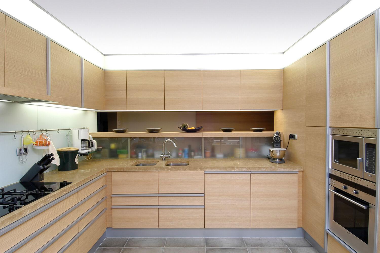De opening in de keukenwand naar de gang toe zorgt voor een open en ruim gevoel.