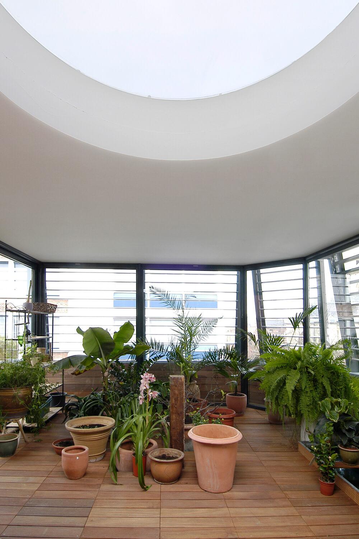 De wintertuin op het bovenste verdiep is voorzien van een grote hoeveelheid natuurlijk licht.