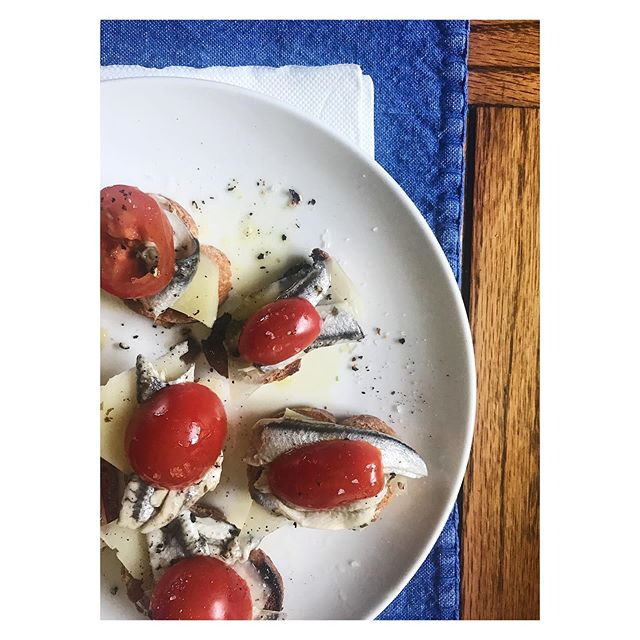 My recent summer stint on the Mediterranean has greatly improved my snack profile. See here👆: LUNCH. Toasted bread, manchego, white anchovies, tomato, and olive oil. Then an August-perfect Georgia peach and black coffee. A slow crawl back to the routine, greatly improved by new flavors and fresh perspective. #happysummer #byebyevacation #realfood #realcooks #nutritionist #health #wellness #healthyeating #healthyfood #healthysnacking #anchovies #catalan #snack #letstalkaboutfood