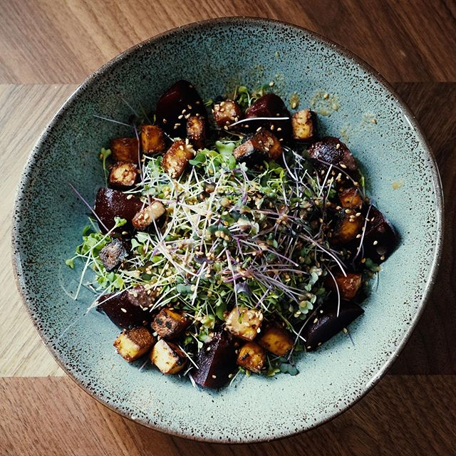 Swapping out your usual salad leaves for microgreens or using them as an addition is a quick and convenient way to ensure you're getting even more nutrients in your diet. More flavour too! For some inspiration here we have Urbogreens mild salad mix with baked tofu, spicy beetroot and an orange and miso dressing 😋#microgreens #growninlondon #superfood #urbogreens