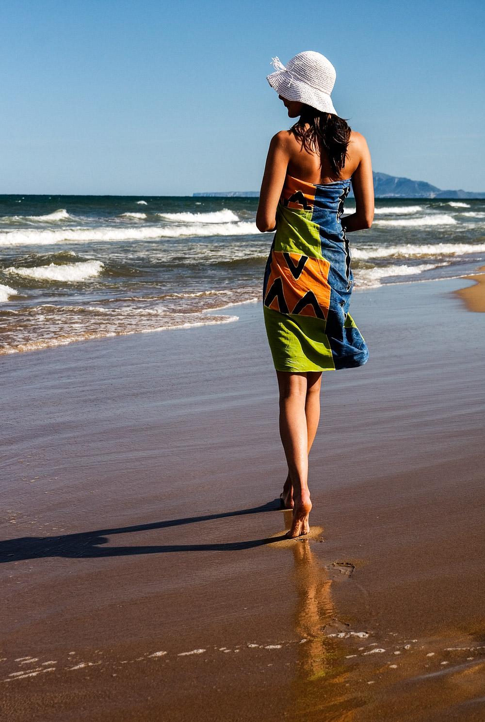 009 A woman walking on the Gandia beach.jpg