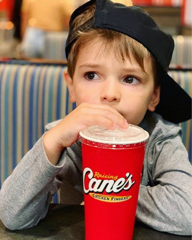 Raise your hand if you're craving some chicken fingers on this beautiful monday 🙋♀️🙋♂️😄 Come by @raisingcanes today for a yummy CANIAC meal today! . . . #oaksatlakeway @oaksatlakeway #lakeway #laketravis #beecave #lakewaytexas #atx #food #keepaustineatin #RaisingCanes #canes #chickenfingers #chicken #fries #austinfood #lunch #dinner #frenchfries #atxeats #austintx #atxlife #yum #chickensofinstagram #fastfood #do512 #foodlover #tasty #foodpics #hungry #austintexas #delish