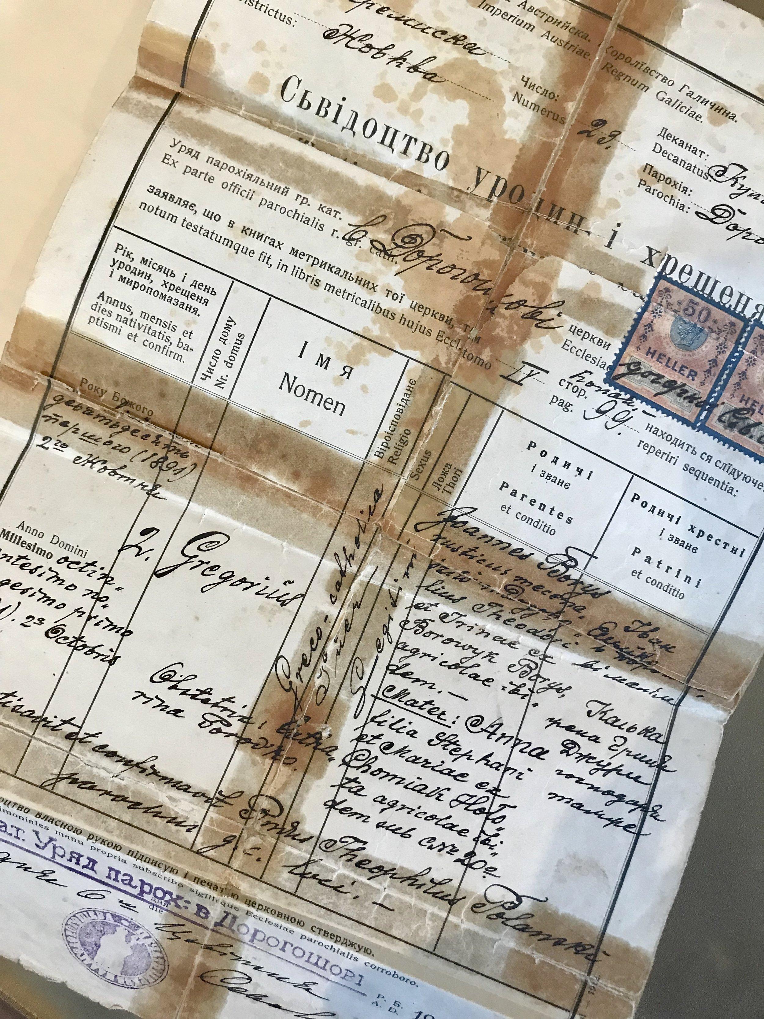 Travaillant avec des documents d'Ukraine