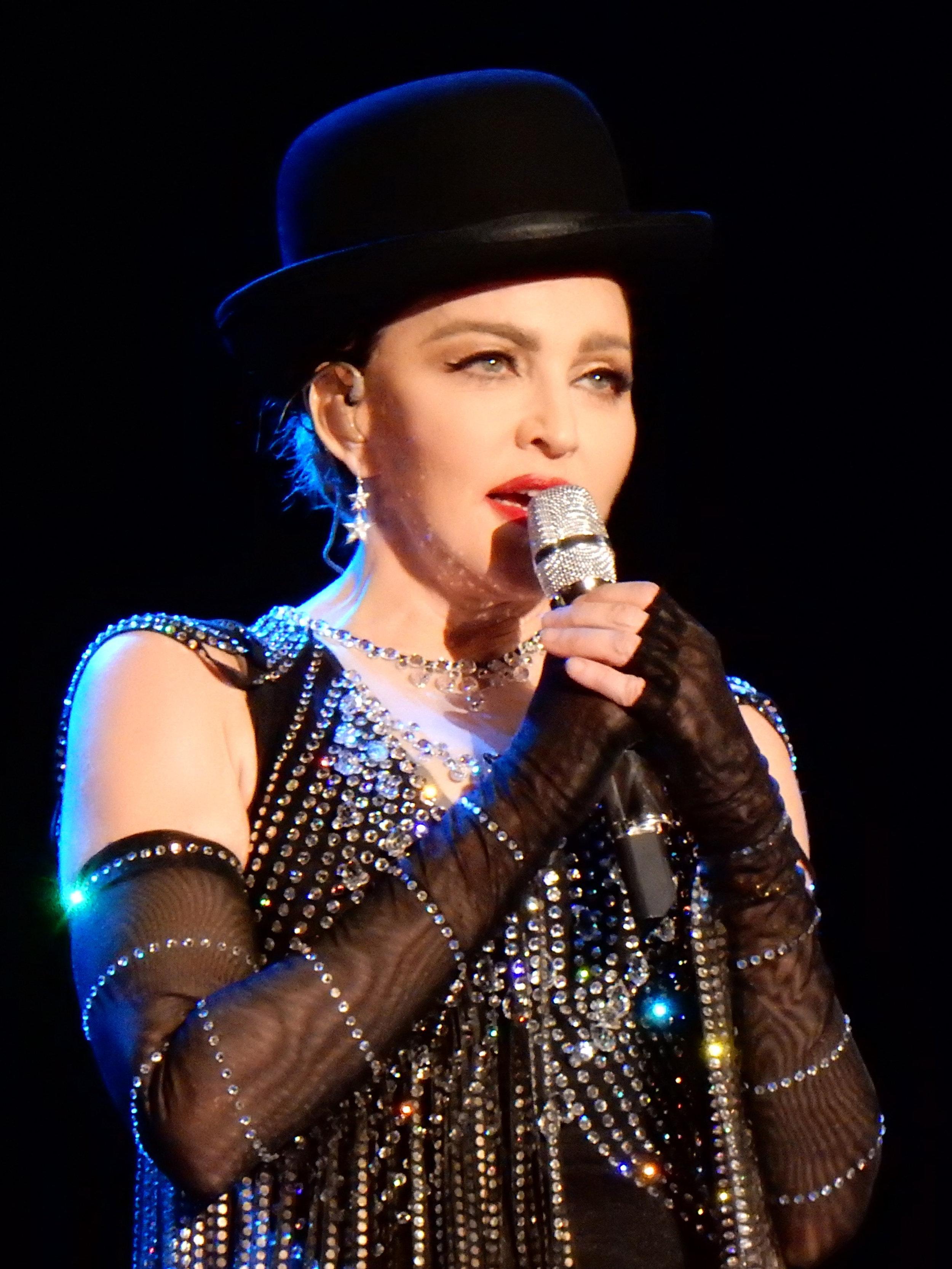 Madonna à Melbourne en 2016  (source : « Rebel Heart tour 2016 - Melbourne 1 », image numérique d'une photo de 2016 par l'auteur Wikipedia chrisweger,  Wikimedia Commons  ( https://commons.wikimedia.org )).