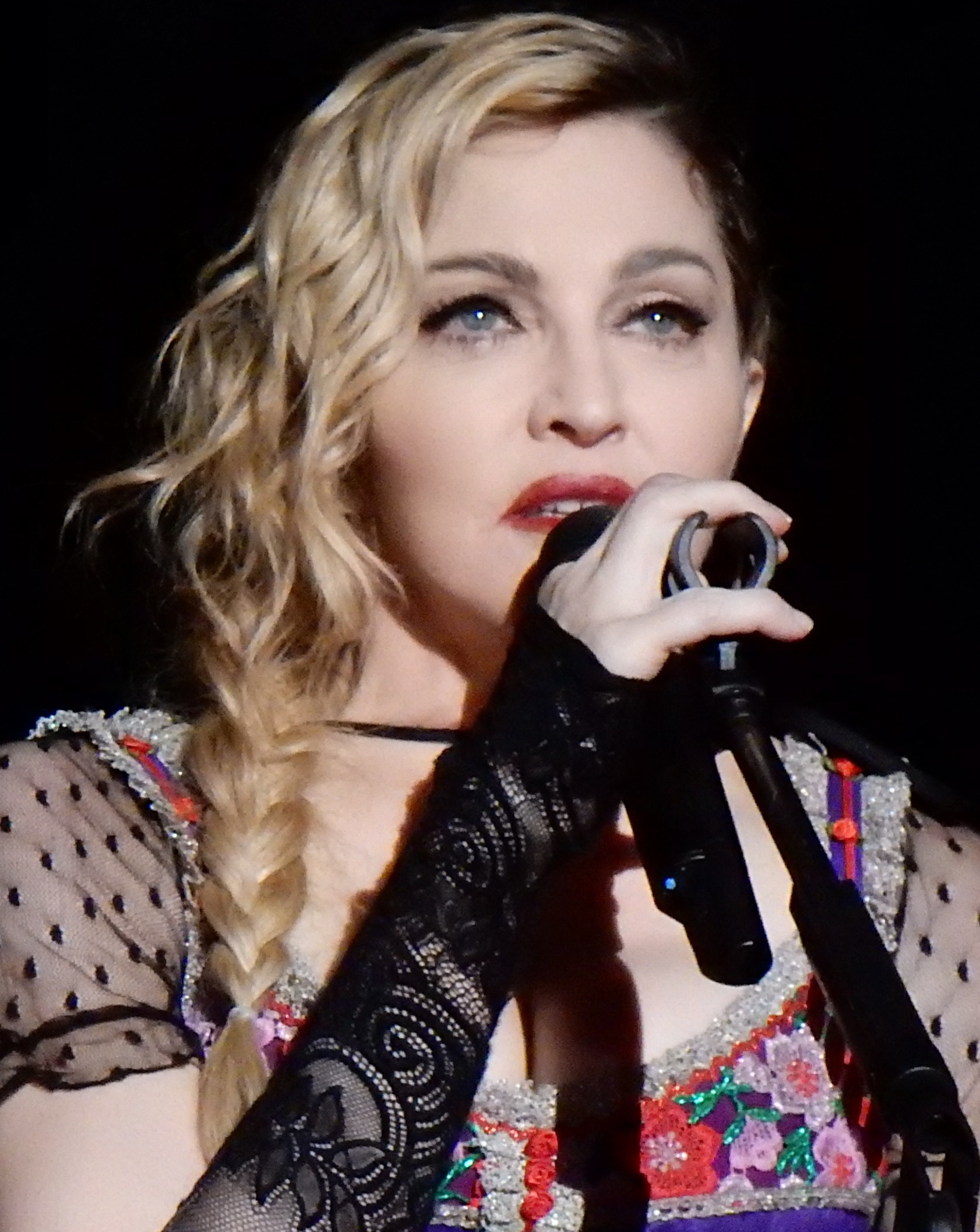 """Madonna à Stockholm en 2015  (source: """"Madonna Rebel Heart Tour 2015 - Stockholm"""", image numérique d'une photo de 2015 par l'auteur Wikipedia chrisweger,  Wikimedia Commons  ( https://commons.wikimedia.org ))."""