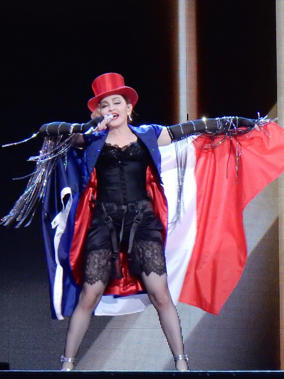 Madonna à Paris en 2015  (source : « Madonna Rebel Heart Tour 2015 - Paris », image numérique d'une photo de 2015 par l'auteur Wikipedia chrisweger,  Wikimedia Commons  ( https://commons.wikimedia.org )).